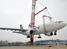 Der alte Zero-G schwebt am Haken zum neuen Standort (© Köln Bonn Airport)