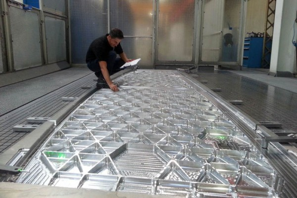 Erstes Aluminiumteil für den A330neo-Flügelmittelkasten (© Airbus)