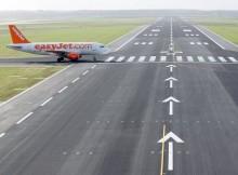 Ein Flugzeug der easyJet kreuzt die frisch sanierte Landebahn 25R am Flughafen Berlin-Schönefeld (© O. Pritzkow)
