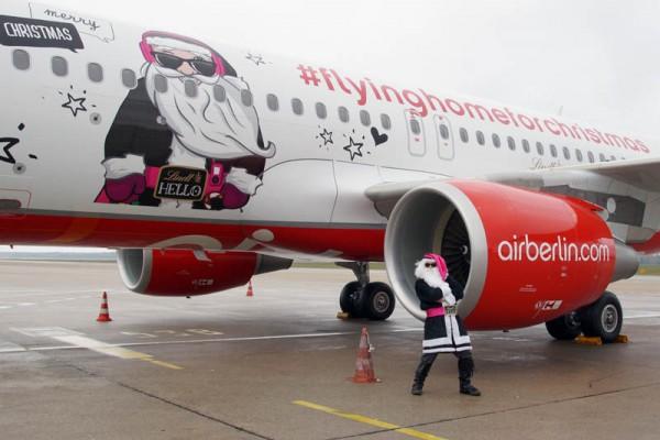 Rock-Santa vor dem Weihnachtsflieger der Air Berlin (© O. Pritzkow)