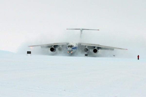 Landung einer Il-76TD-90VD der Volga-Dnepr in der Antarktis (© VDA)
