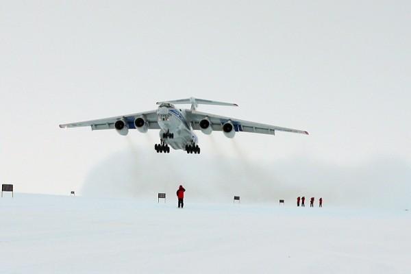 Start einer Il-76TD-90VD der Volga-Dnepr in der Antarktis (© VDA)