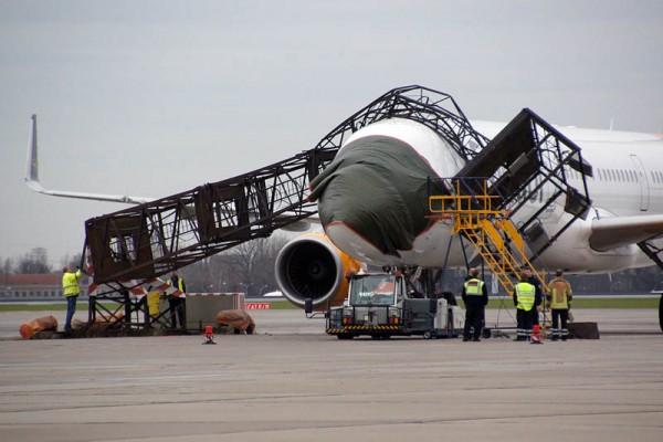 Beim Rangieren touchierte der Condor Airbus einen Lichtmast, der dann auf den Jet stürzte.