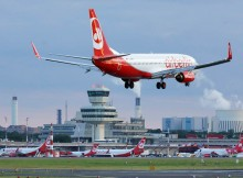 Landung einer Boeing 737-800 der Air Berlin am Flughafen Berlin-Tegel (© O. Pritzkow)