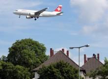 Ein Flugzeug im Endanflug über einem Wohngebiet (© O. Pritzkow)