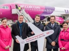 Erstflug von Wizz Air von Berlin-Schönefeld nach Skopje: Andreas Ley, Airline Marketing der Flughafen Berlin Brandenburg GmbH (2.v.l.), und Gabor Vasarhelyi, Communications Manager von Wizz Air (3.v.l.), mit der Crew von Wizz Air (© FBB)