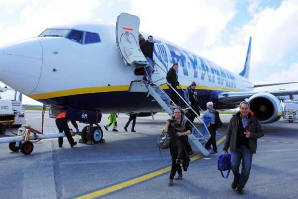 Passagiere verlassen ein Flugzeug der Ryanair (© Ryanair)
