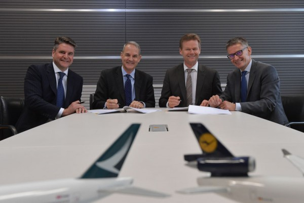 Von links nach rechts: Mark Sutch (General Manager Marketing & Sales Cathay Pacific), Simon Large (Direktor Cargo, Cathay Pacific), Peter Gerber (Vorstandsvorsitzender Lufthansa Cargo) und Bernhard Kindelbacher (Senior Vice President Strategy, Subsidiaries & Business Development Lufthansa Cargo)