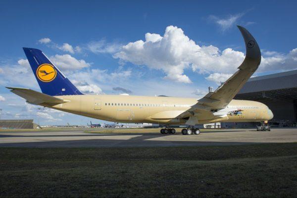 Lufthansa A350 auf dem Weg in die Lackierhalle (© Airbus)