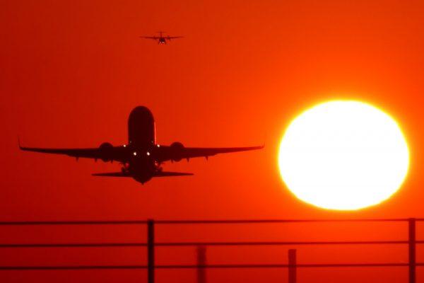Flugzeuge im Sonnenuntergang (© STR Airport)