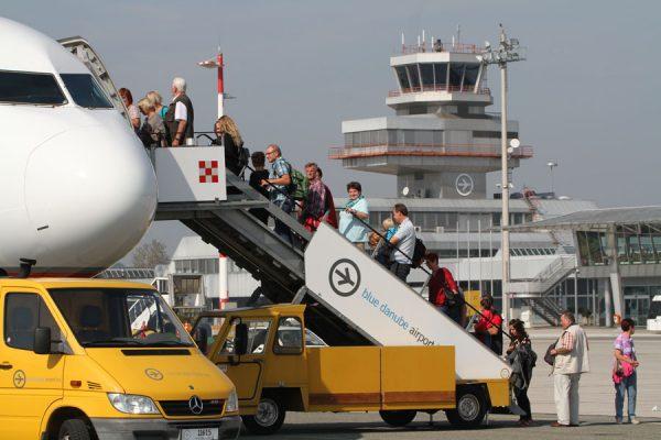 Passagiere gehen am Flughafen Linz an Bord (© Linz Airport)