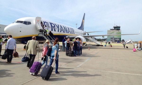 Passagiere besteigen am Flughafen Hahn eine Boeing 737-800 der Ryanair (© Hahn Airport)