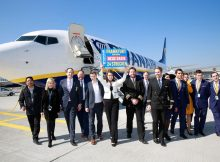 "Evelin Horvath (Marketing and Sales Executive DACH von Ryanair) eröffnet gemeinsam mit Sinead Kelly (Safety und Compliance Manager bei Ryanair), Dr. Pierre Dominique Prümm (Executive Vice President Airside und Terminal Management Fraport AG), Adrian Dunne (Director of Operations bei Ryanair), Neal McMahon (Route Development Manager bei Ryanair) die neue Ryanair-Basis in Frankfurt am Main"" © Ryanair"